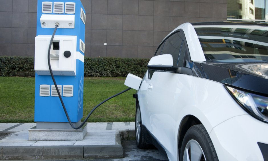 Θεσμοθετούνται για πρώτη φορά προδιαγραφές για σημεία φόρτισης ηλεκτρικών οχημάτων